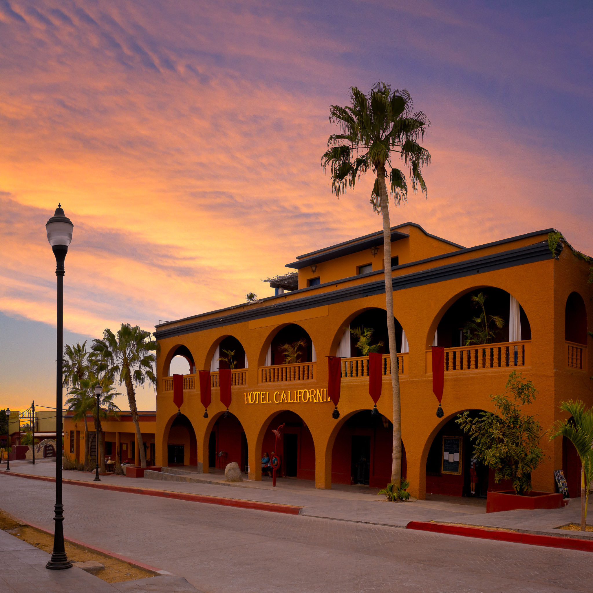 Hotel de fachada naranja situado en Baja California