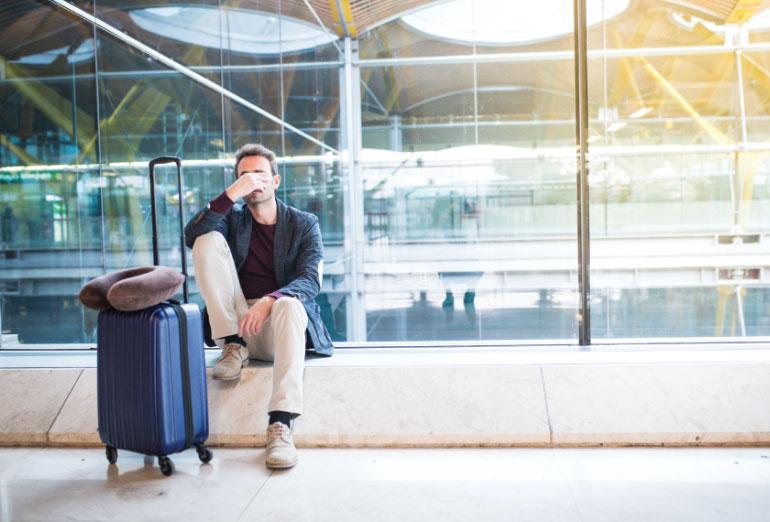 persona deprimida por perder su vuelo